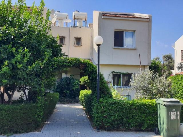 Alsancak'ta Eşsiz konumu ile Havuzlu sitede Satılık 3 +1 İkiz Villa