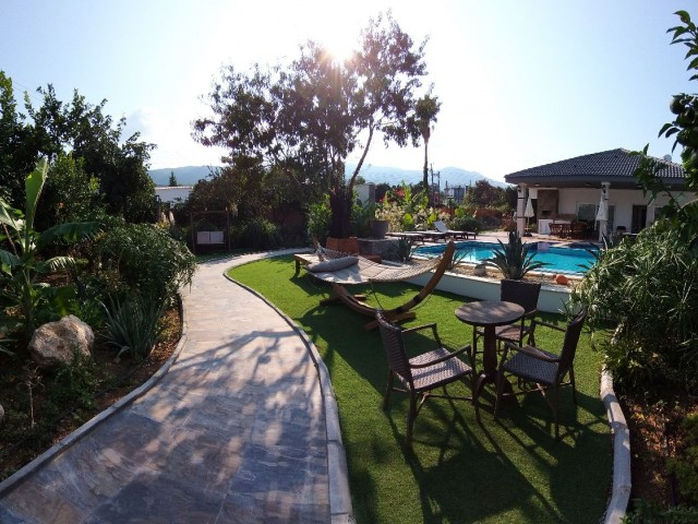 alsancak-yeşiltepe bölgesinde botanik bahçe içinde günlük kiralık villa